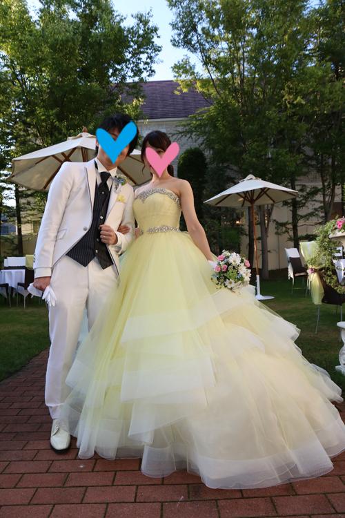 be3b3cbc59c37 8月の終わりに結婚式を挙げたおふたり。「サマーウエディングに似合うように」と、爽やかなイエローベースのカラードレスを選びました。淡いイエローとホワイトの  ...